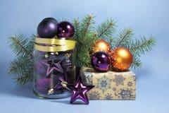 toys för spheres för bakgrundsjul exponeringsglas vita isolerade Royaltyfri Foto