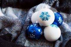 toys för spheres för bakgrundsjul exponeringsglas vita isolerade Fotografering för Bildbyråer