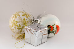 toys för spheres för bakgrundsjul exponeringsglas vita isolerade Arkivbild