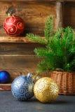 toys för spheres för bakgrundsjul exponeringsglas vita isolerade Färgrika bollar och julgranfilial i korg Tappningstilen Arkivbilder