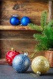 toys för spheres för bakgrundsjul exponeringsglas vita isolerade Färgrika bollar och julgranfilial i korg Tappningstilen Fotografering för Bildbyråer