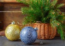 toys för spheres för bakgrundsjul exponeringsglas vita isolerade Färgrika bollar och julgranfilial i korg Tappningstilen Royaltyfria Bilder