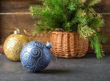 toys för spheres för bakgrundsjul exponeringsglas vita isolerade Färgrika bollar och julgranfilial i korg Tappningstilen Royaltyfri Foto