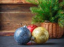 toys för spheres för bakgrundsjul exponeringsglas vita isolerade Färgrika bollar och julgranfilial i korg Tappningstilen Royaltyfri Fotografi