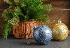 toys för spheres för bakgrundsjul exponeringsglas vita isolerade Färgrika bollar och julgranfilial i korg Tappningstilen Arkivbild