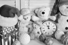 Free Toys Placed On Wooden Wall Background. Snowmen And Teddy Bears Stock Photo - 134856010