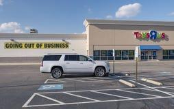 TOYS R US armazena a saída do negócio, Fayetteville, NC, EUA - 11 de abril de 2018 imagem de stock
