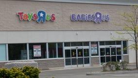 ToysRus in Norwalk, CT voor huur na het uitgaan van zaken stock foto