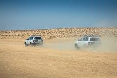 Tozeur, Tunisia-15, août 2013 : Image de outre des voitures de route dans le dese Photographie stock libre de droits