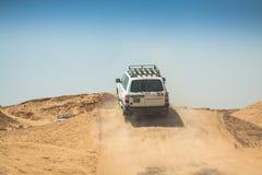 Tozeur Tunisia-15, Augusti, 2013: Bild av av vägbilar i det dese Arkivfoton