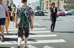 TPeople traversent la route à un passage pour piétons images libres de droits