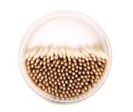 Tpo-Ansicht über Zahnstocher in einem runden Kasten. Stockfotos