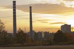 TPP termiczna elektrownia na wschodzie słońca Rafineria z smokestacks Dym od fabryki zanieczyszcza środowisko Wysoki czerwieni i  zdjęcia royalty free