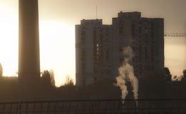 TPP termiczna elektrownia na wschodzie słońca Rafineria z smokestacks Dym od fabryki zanieczyszcza środowisko Wysoki czerwieni i  obraz royalty free