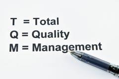 TQM totale kwaliteitsbewaking met achterpen royalty-vrije stock afbeeldingen