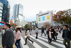 TÓQUIO - 28 DE NOVEMBRO: Multidões de povos que cruzam o centro de Shibuya Foto de Stock