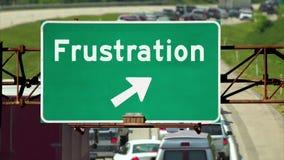 Tráfego abaixo de um conceito do sinal de estrada da frustração filme
