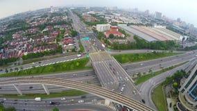 Tráfego alto na multi interseção mergulhada da estrada em Subang Jaya, Kuala Lumpur vídeos de arquivo