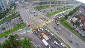 Tráfego alto na multi interseção mergulhada da estrada em Subang Jaya, Kuala Lumpur video estoque