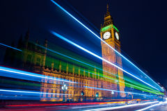 Tráfego através de Londres na noite Fotografia de Stock Royalty Free