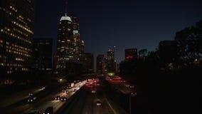 Tráfego da autoestrada em Los Angeles do centro na noite Tráfego das horas de ponta da noite 4K video estoque