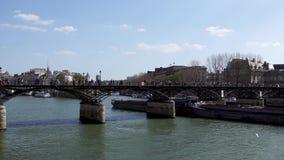 Tráfego da barca sob a ponte de Pont des Arts no Seine River - a Paris filme
