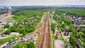 Tráfego da estrada e de trilho de Timelapse com construção de uma junção de estrada nova sobre a estrada de ferro em Moscou, Vnuk video estoque