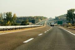 Tráfego da estrada em um dia do fim do verão foto de stock