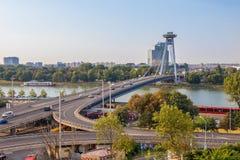 Tráfego da manhã na ponte de SNP no centro de Bratislava, a capital de eslovaco fotografia de stock royalty free