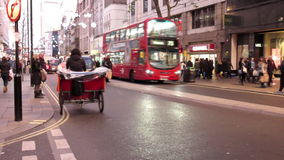 Tráfego da noite em Londres video estoque