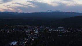 Tráfego da noite na estrada abaixo das montanhas Oregon da cascata filme