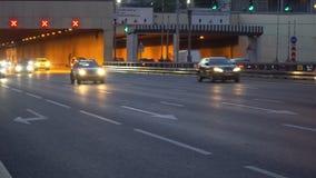 Tráfego da noite na junção urbana do túnel e de estrada da passagem video estoque