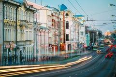 Tráfego da noite na rua de Sovetskaya em Gomel Foto de Stock