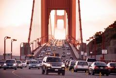 Tráfego da ponte de San Francisco Golden Gate no dia nevoento e dramático Fotografia de Stock Royalty Free
