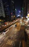 Tráfego da rua de Hong Kong na noite Imagem de Stock Royalty Free