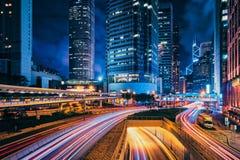 Tráfego da rua em Hong Kong na noite fotos de stock