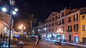 Tráfego da rua da noite na cidade italiana Sorrento das montanhas pequenas, na costa de Napoli, no lapso de tempo, no timelapse,  video estoque