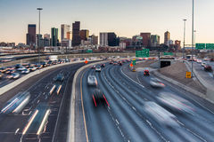 Tráfego das horas de ponta em I-25 que olha para Denver do centro, Colorado, EUA Foto de Stock Royalty Free