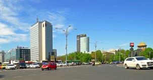Tráfego das horas de ponta em Victory Square, Major Intersection In Downtown Bucharest video estoque