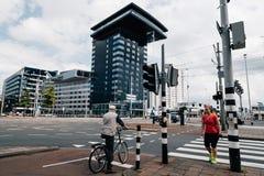 Tráfego de carro da arquitetura da cidade de Rotterdam no estradas transversaas Imagem de Stock Royalty Free