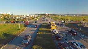 Tráfego de carro da noite em Reykjavik, estrada que conduz à opinião de Perlan da ponte no outono, tempo ensolarado video estoque