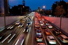 Tráfego de carro da noite no centro de Moscou imagens de stock