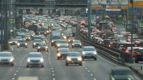 Tráfego de carro enorme em um movimento do timelapse da estrada da cidade vídeos de arquivo