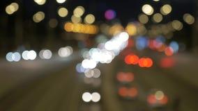 Tráfego de carro na noite as luzes são borradas fora de foco vídeos de arquivo