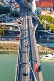 Tráfego de carro na ponte de SNP na cidade de Bratislava fotografia de stock