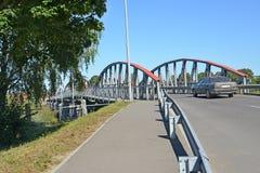 Tráfego de carro na ponte do sete-arco Znamensk, região de Kaliningrad Foto de Stock