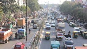 tráfego de carro nas ruas da opinião aérea da Índia video estoque