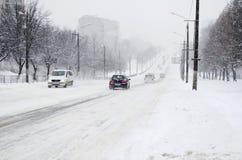 Tráfego de carros em estradas nevado Imagem de Stock Royalty Free
