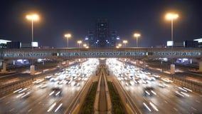 Tráfego de carros que comuta na rua urbana da cidade no tempo das horas de ponta filme