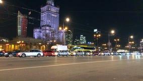 Tráfego de cidade da noite no centro de Varsóvia perto do palácio da ciência e da cultura, Polônia filme